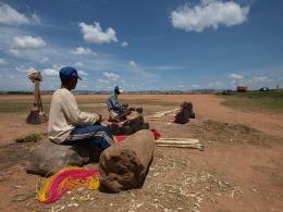 Besenhersteller vor den Toren von Antananarivo